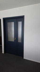ネイビーカラーの親子ドア