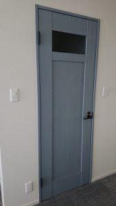 グレィシュカラーの開きドア