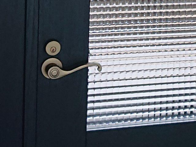 ネイビーカラーの親子ドア取っ手部分